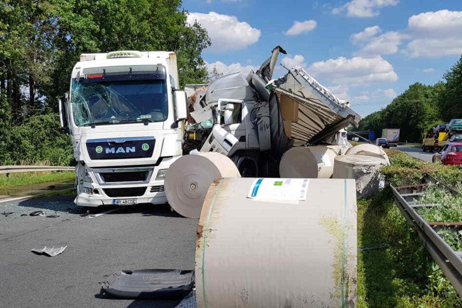 Autobahn dicht! Lkw verliert nach Crash riesige Papierrollen