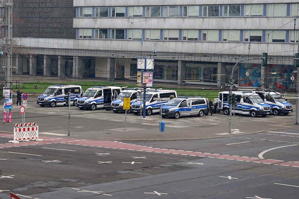 In Chemnitz sind die ersten Polizeiautos am Marx-Monument vorgefahren.
