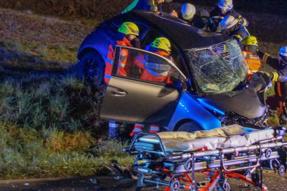Die Opel-Fahrerin musste von der Feuerwehr schwer verletzt aus dem Auto geborgen werden.