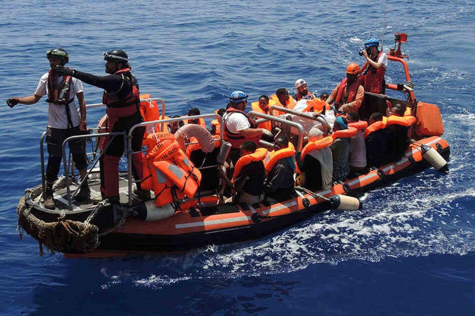 Immer wieder werden Migranten aus dem Mittelmeer gerettet, hier von einem Boot der Hilfsorganisationen Ärzte ohne Grenzen und SOS Mediterranee.