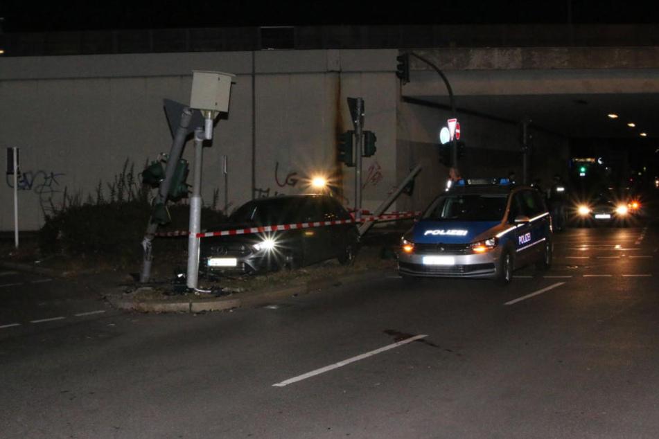 Ein Mann ist am Samstagmorgen in Berlin-Tempelhof vor der Polizei geflohen und hat sein Auto gegen einen Ampelmasten gesetzt.