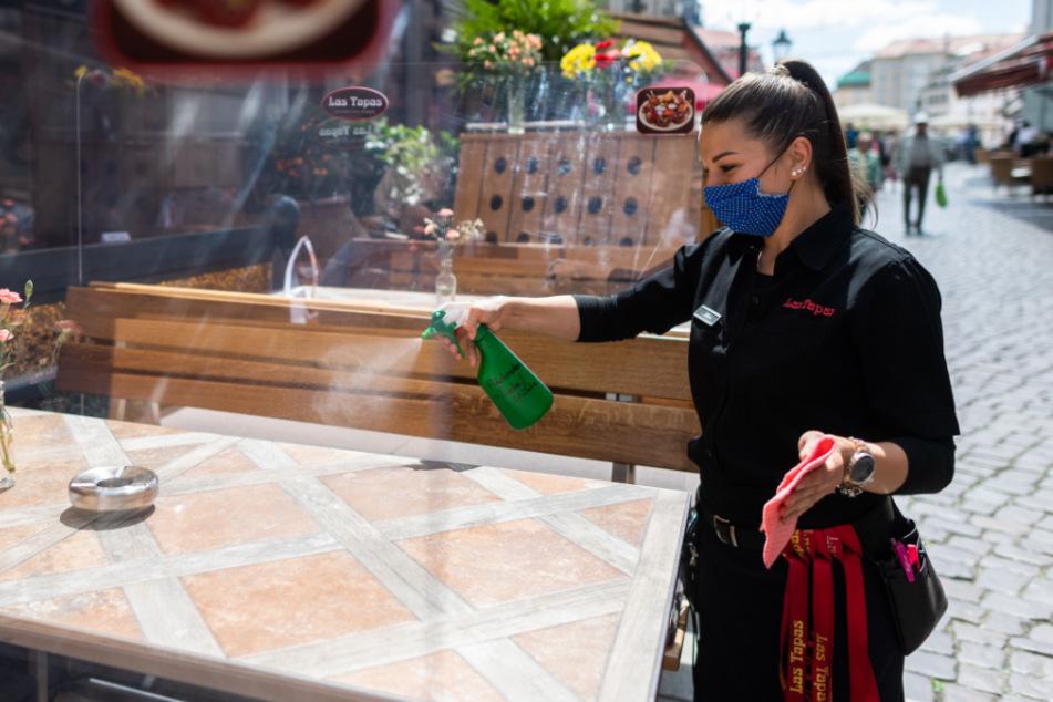 Eine Angestellte säubert die Tische reines Restaurants in der Münzgasse.