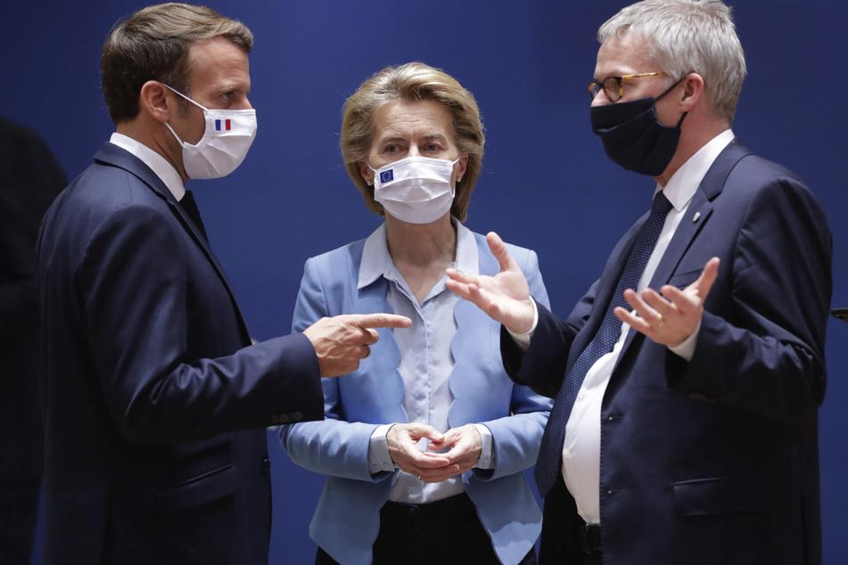 Frankreichs Präsident Emmanuel Macron (v.l.n.r), diskutiert mit EU-Kommissions-Präsidentin Ursula von der Leyen und Jeppe Tranholm Mikkelsen, dem Generalsekretär des Rates der Europäischen Union.