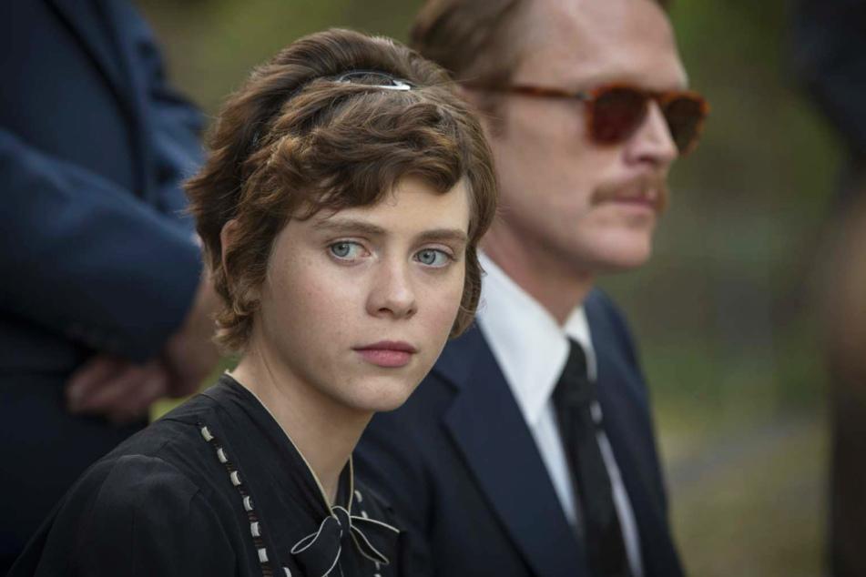 Beth Bledsoe (l., Sophia Lillis) nimmt sich ihren gebildeten Onkel Frank (r., Paul Bettany) als Vorbild.