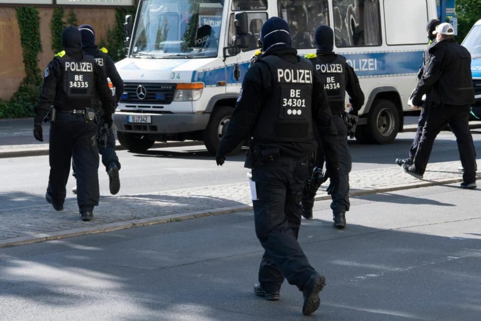 Polizisten laufen bei einer Razzia zurück zu ihren Einsatzfahrzeugen. Am Mittwoch wurden in vier Bundesländern Razzien gegen Konsumenten von Kinderpornografie durchgeführt. (Symbolfoto)