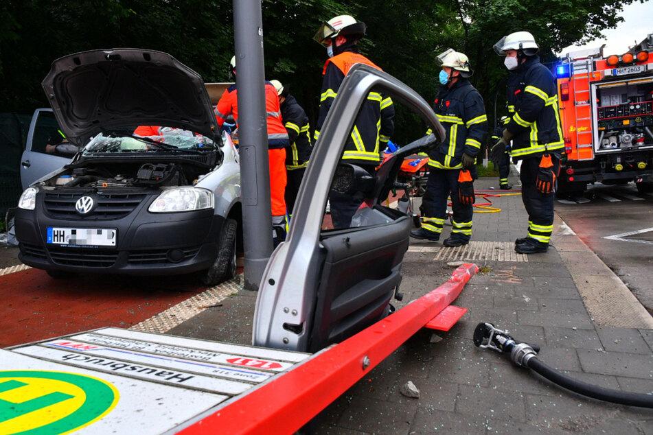 Einsatzkräfte stehen an der Unfallstelle in Hamburg-Hausbruch.