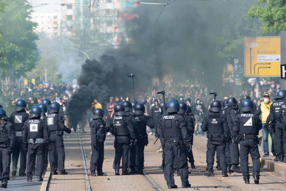 Polizei und die Chaoten gerieten am Stadion am Sonntag aneinander. Es gab zahlreiche Verletzte.