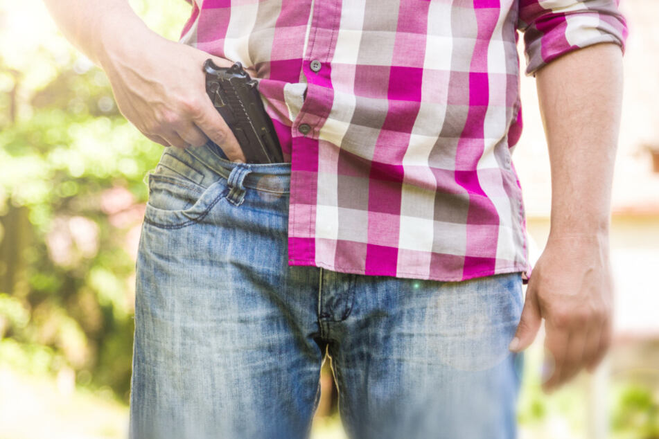 Passanten machen Grusel-Beobachtung: Mann steht mit Pistole an Kindergarten