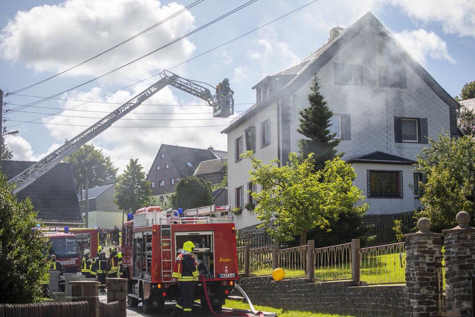 Das Feuer im Dachgeschoss löschten die Kameraden über eine Drehleiter.