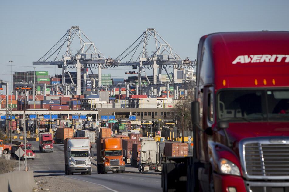 Sattelzugmaschinen transportieren Frachten aus dem Hafen.