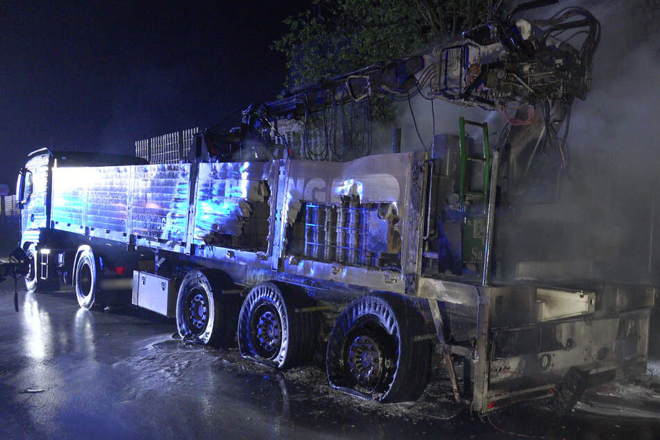 Die Feuerwehr konnte verhindern, dass die Flammen auf die Zugmaschine übergreifen.