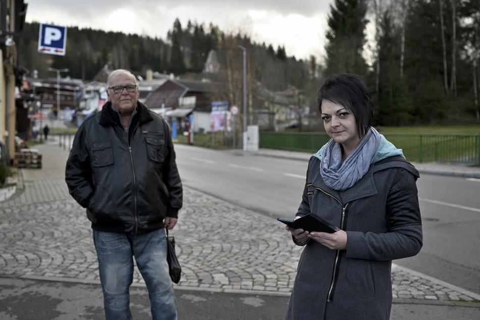 Katrin Dikmeyer (30) schickte ihren Vater Werner Hanke (69) allein zum Zigarettenkauf - aus Angst vor Zwangstests auf Corona.