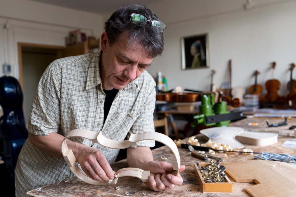 In seiner Werkstatt arbeitet Steffen Friedel (52) an einer Violine. Am Freitag bekommt er einen Preis für eine Viola.