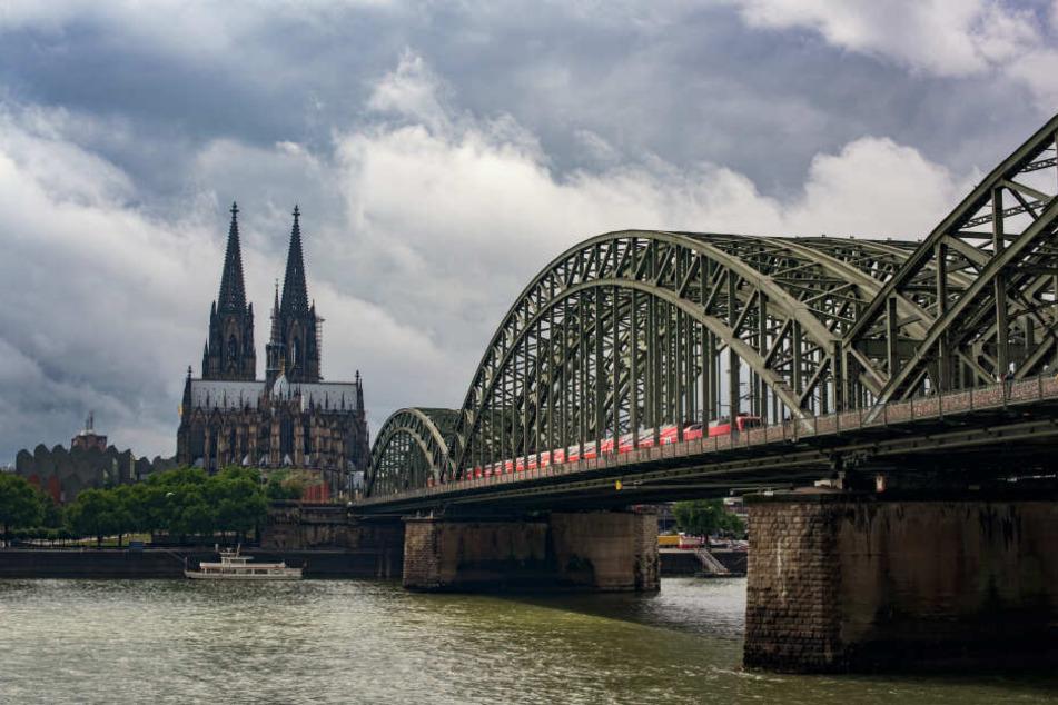 Dunkle Wolken über Köln.