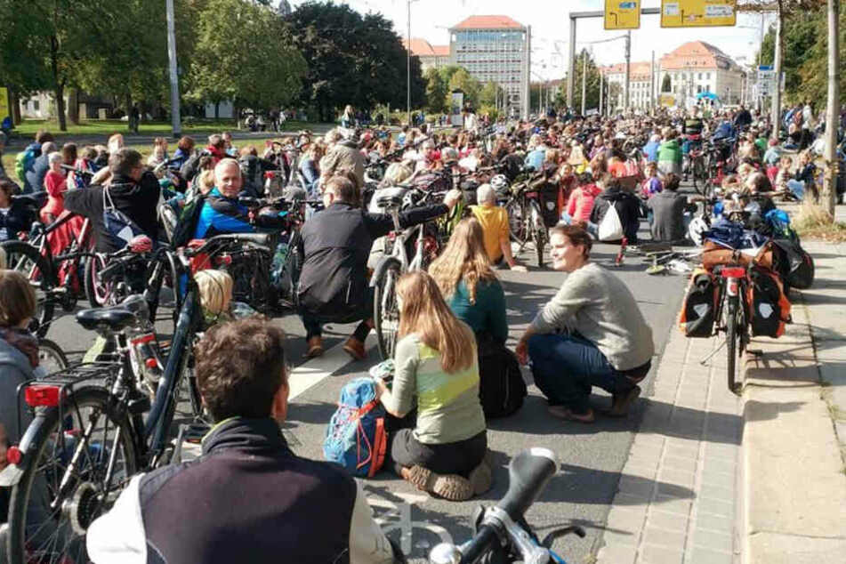 Irre. So viele Menschen. Auf der Grunaer Straße kurz vor dem Pirnaischen Platz setzen sich die Demonstranten auf die Straße.