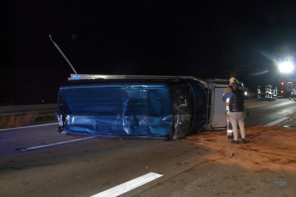 Der hintere Reifen der Zugmaschine löste sich, der Ford kippte und blieb quer auf der Autobahn liegen.