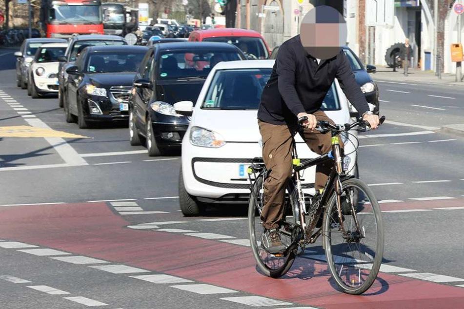 Radfahrer leben in Berlin gefährlich und werden vor allem oft durch abbiegende Autos ignoriert (Symbolbild).
