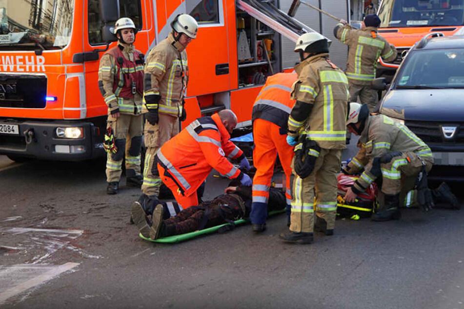 Rettungskräfte kümmern sich um den Verletzten.
