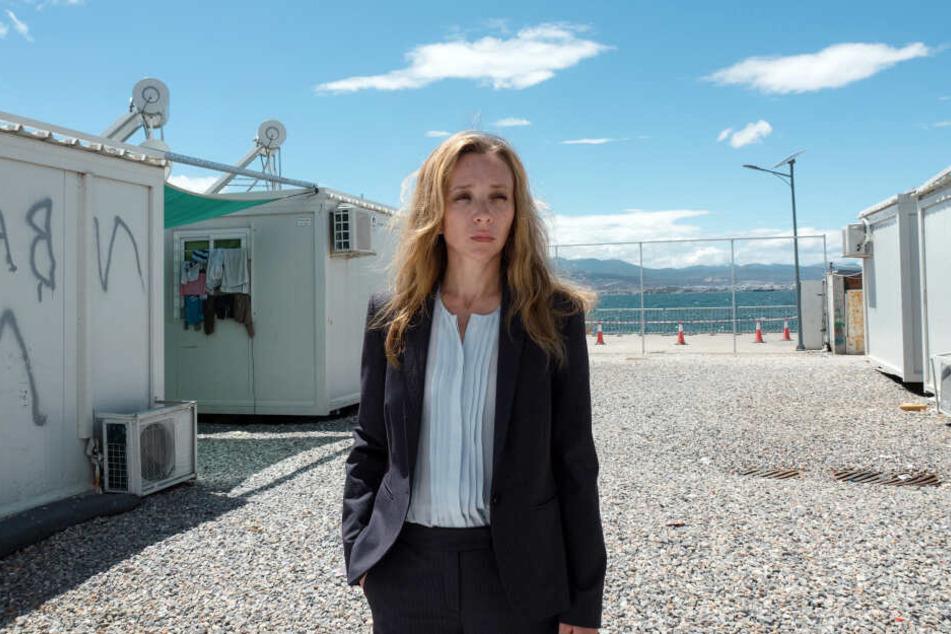 Hélène (Sylvie Testud) führt ein Flüchtlingslager in Griechenland, mit dem sie Folgeaufträge erzielen will.