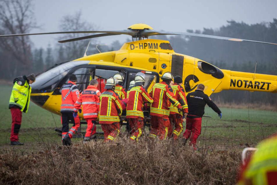 Der in Lebensgefahr schwebende Mann wurde mit einem Rettungshubschrauber in ein Krankenhaus geflogen.