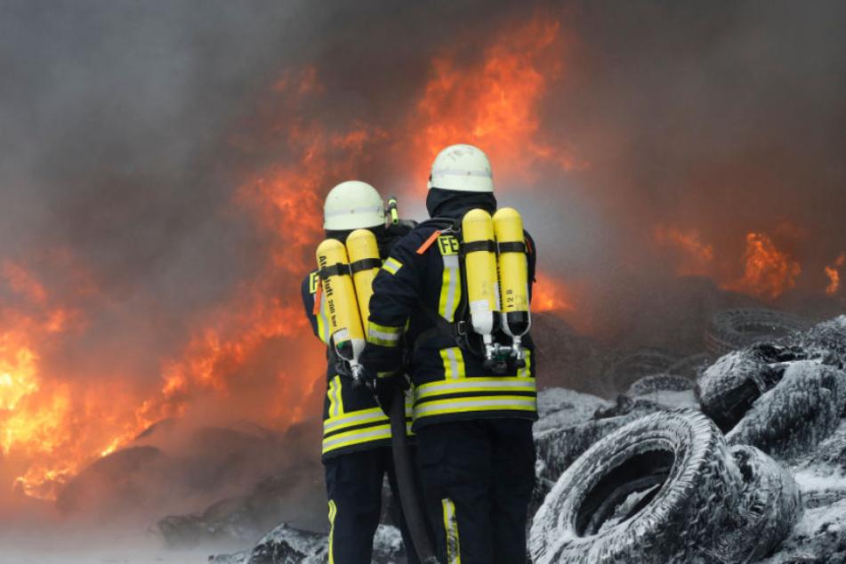 45 Feuerwehrleute waren im Einsatz. Sie ließen das heftige Feuer kontrolliert abbrennen.