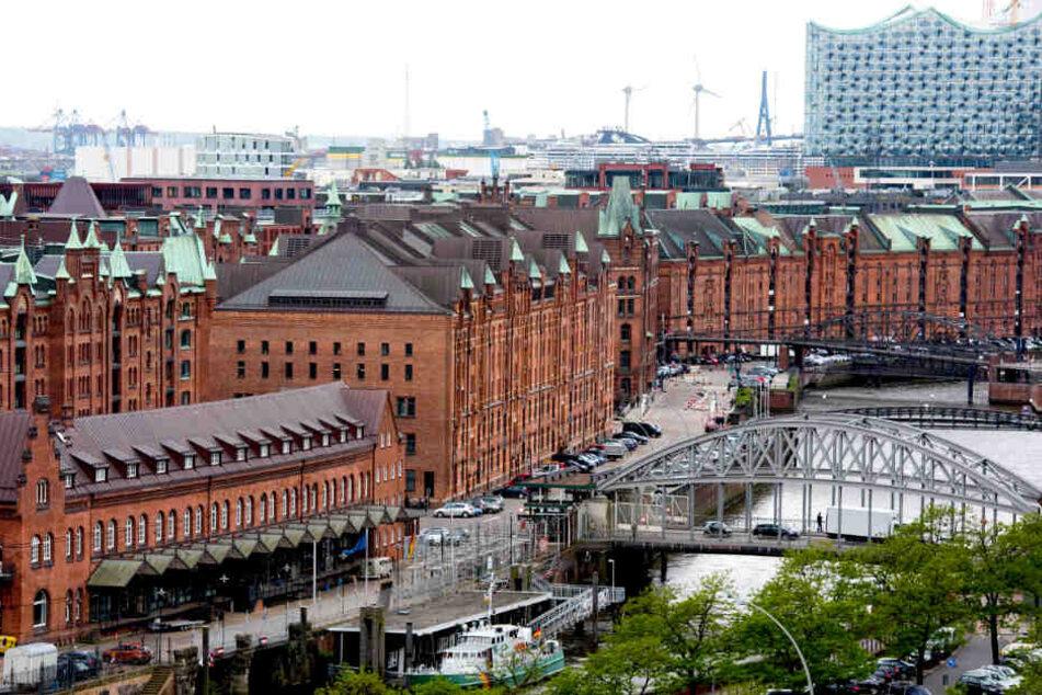 Blick auf die Speicherstadt und die Elbphilharmonie in Hamburg.