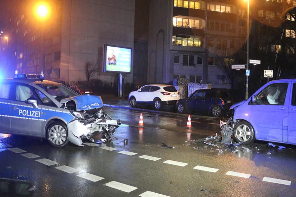 Die zwei völlig demolierten Autos nach dem Unfall auf der Rüdersdorfer Straße.