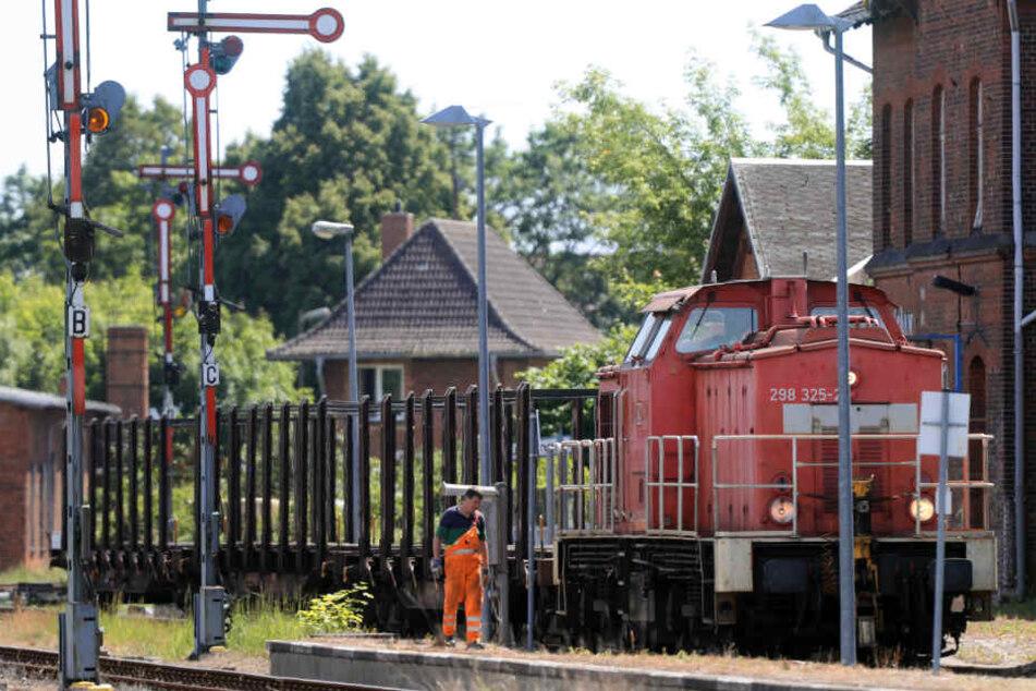 Eine 33-jährige Frau wurde am Bahnhof Burg (Sachsen-Anhalt) von einem Güterzug überfahren und getötet. (Symbolbild)