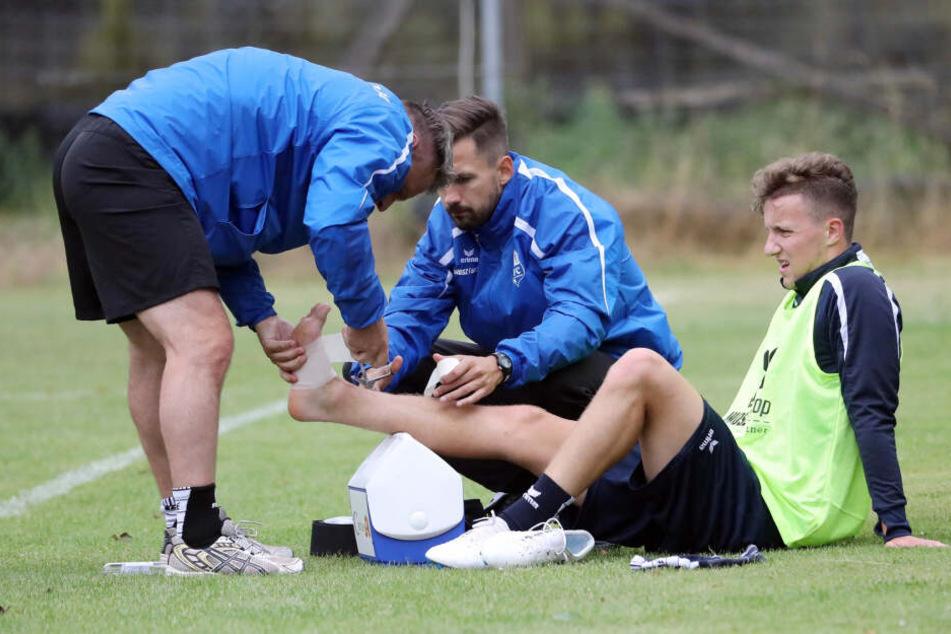 Olaf Renn (l.) auf dem Platz in Aktion. Er verarztet Florian Braband, der mittlerweile auch Physiotherapeut beim CFC ist.