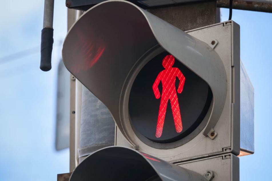 Die 79-jährige Frau war am Donnerstagnachmittag bei Rot über die Ampel gelaufen. (Symbolbild)