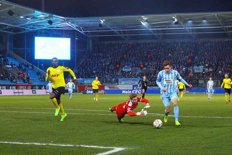 Der wichtige Ausgleich: Florian Hansch umkurvt den Kölner Keeper und schiebt zum 1:1 ein.