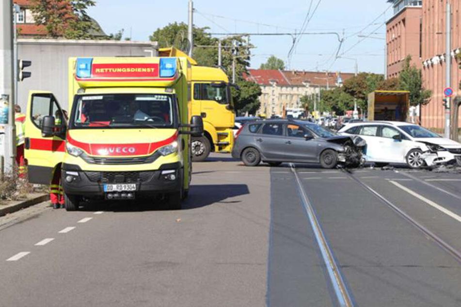 Drei Personen wurden bei dem Kreuzungscrash in Dresden verletzt.
