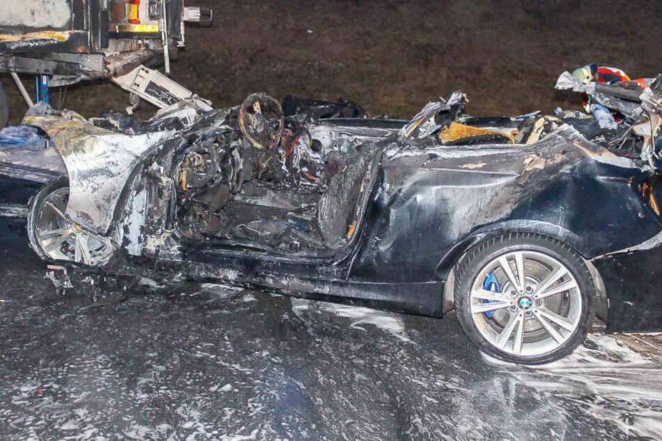 Horror auf A3: BMW rast in Lkw, Person verbrennt in Wrack bis zur Unkenntlichkeit