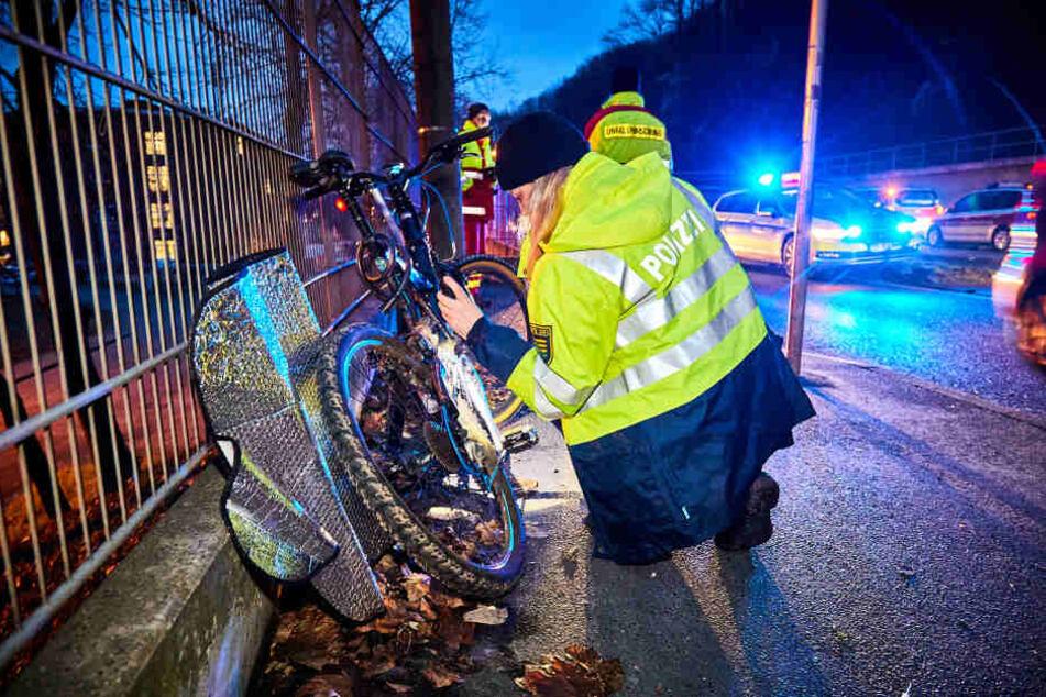 Polizeibeamte nahmen den Unfall auf und ermittelten zur Unfallursache.