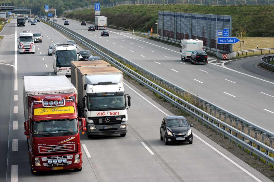 Auf der A1 bei Köln kam es zu einem Unfall mit einem Gefahrgut-Laster. (Symbolbild)