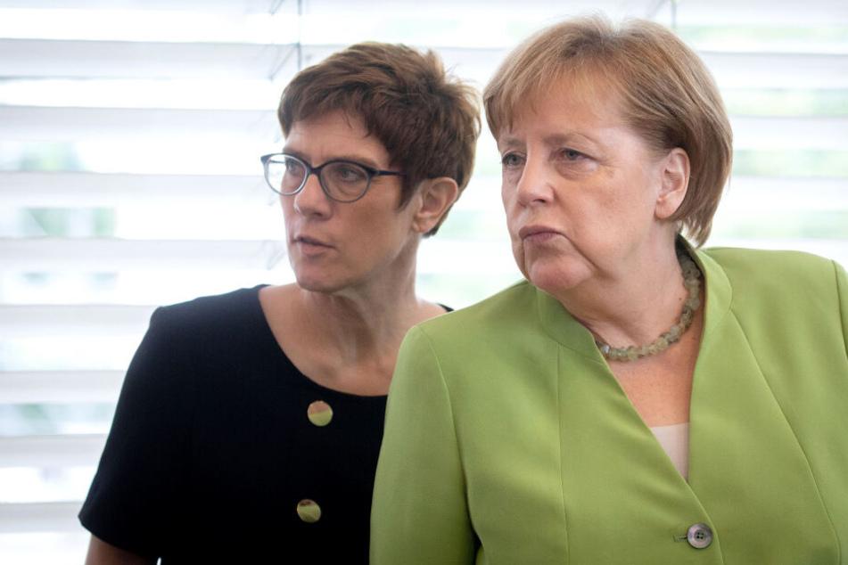 Angela Merkel (r.) räumt Annegret Kramp-Karrenbauer (l.) gute Chancen auf die Kanzlerkandidatur ein.