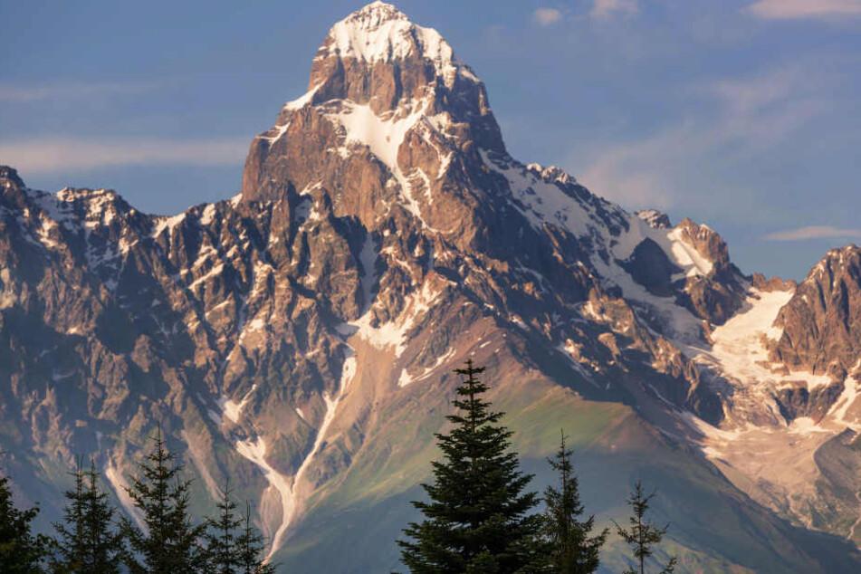 """Er heißt """"schrecklicher Berg"""". Der Uschba ist der fünfthöchste Berg in Georgien."""