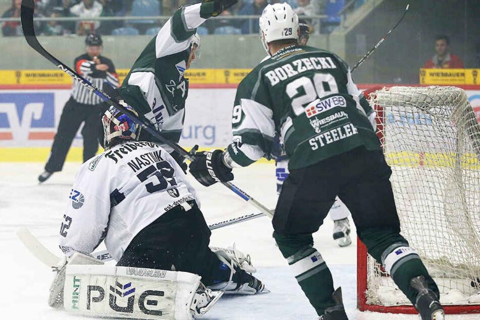 Eislöwen-TorwartKevin Nastiuk (52) musste schon nach fünf Minuten vom Eis.