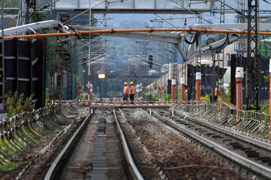 Von einer Fußgängerbrücke in Leipzig-Kleinzschocher wurde ein Einkaufswagen und ein Fahrrad auf die Gleise geworfen. (Symbolbild)
