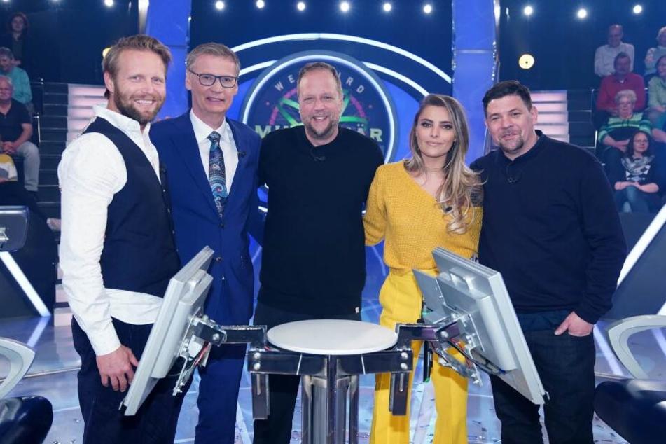 Moderator Günther Jauch (2.v.l.) mit seinen prominenten Kandidaten (v.l.) Julius Brink, Smudo, Sophia Thomalla, Tim Mälzer