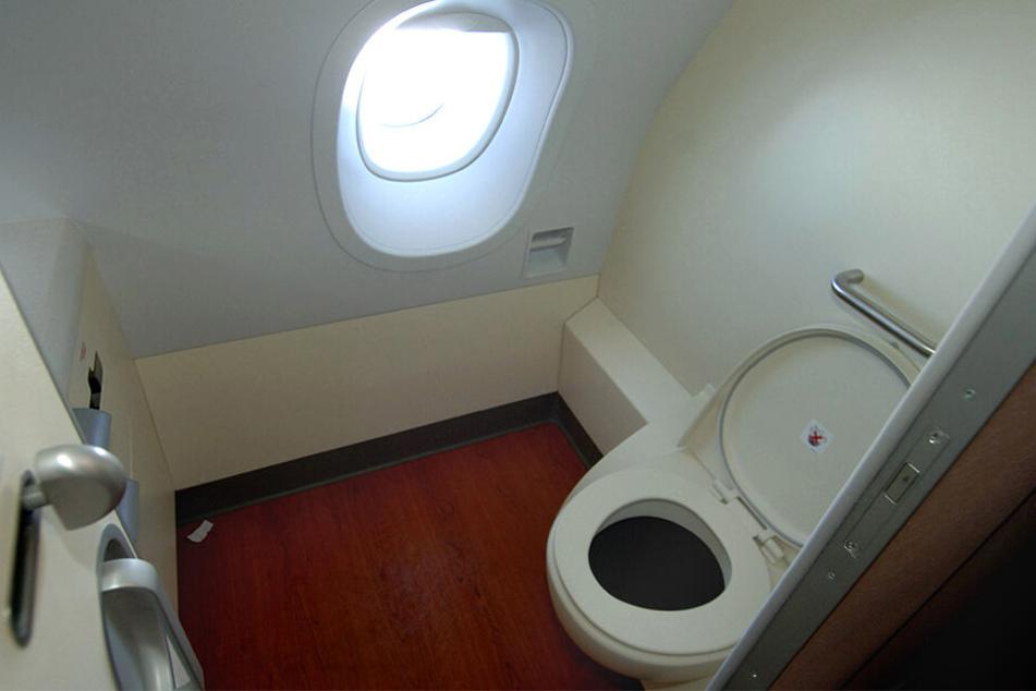 Auf der Flugzeugtoilette trug sich Unglaubliches zu. (Symbolbild)