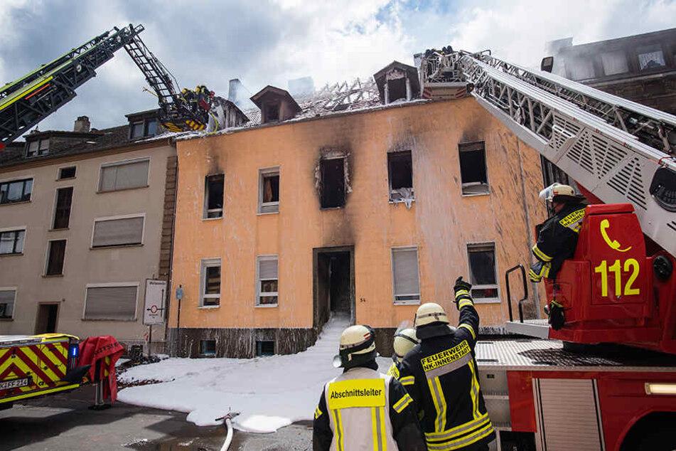 Das ausgebrannte Wohnhaus ist einsturzgefährdet – eine dreiköpfige Familie wird noch vermisst.