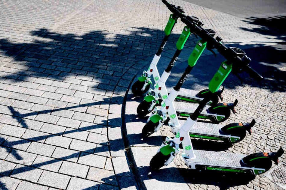 E-Tretroller eines Mietangebots parken an einer Straße. (Symbolbild)