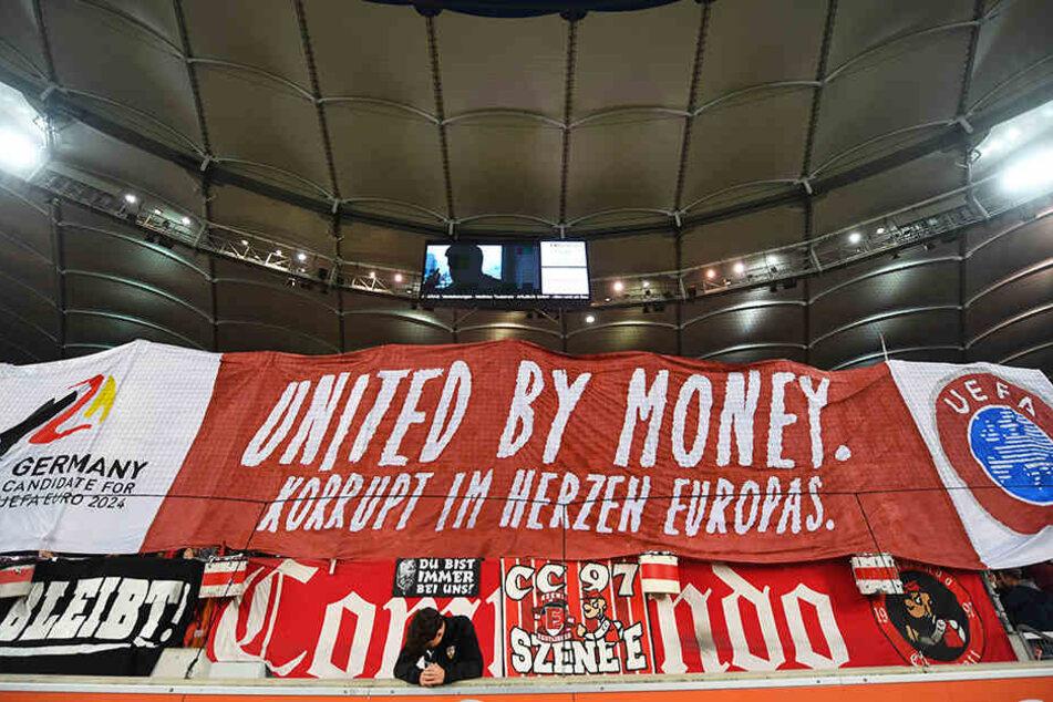 Klare Kante gegen DFB und DFL: Die Interessenvertretung Pro Fans mit einem ihrer Banner.