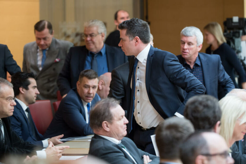 Landtags-Abgeordnete der AfD verlassen während der Rede von Charlotte Knobloch, den Saal. (Archivbild)
