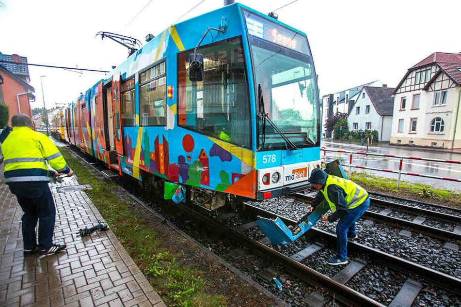 Ein Auto rammte beim Abbiegen die Stadtbahn. (Symbolbild)
