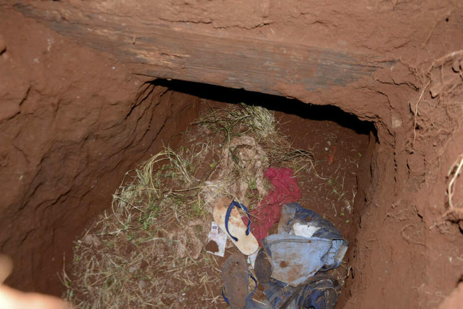 Kleidung liegt in dem Tunnel des Gefängnisses, durch den bei einem Massenausbruch 75 Häftlinge getürmt sein sollen.