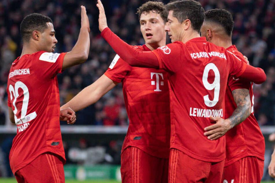 Serge Gnabry (l-r), Benjamin Pavard, Torschütze Robert Lewandowski und Corentin Tolisso von München freuen sich über ein Tor.