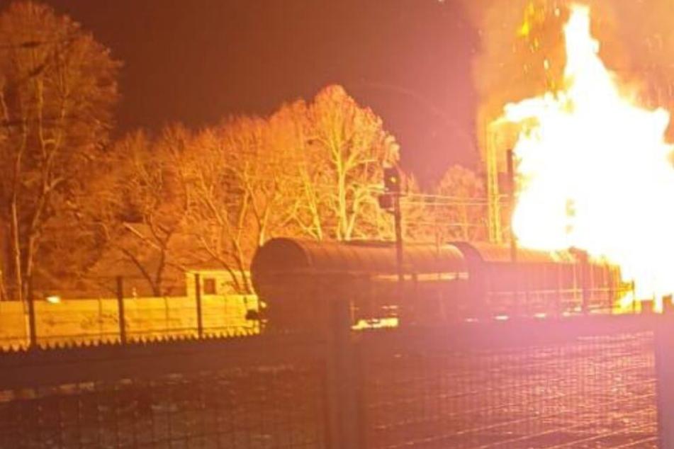 Riesiger Feuerball: Güterwaggons mit Spraydosen explodiert