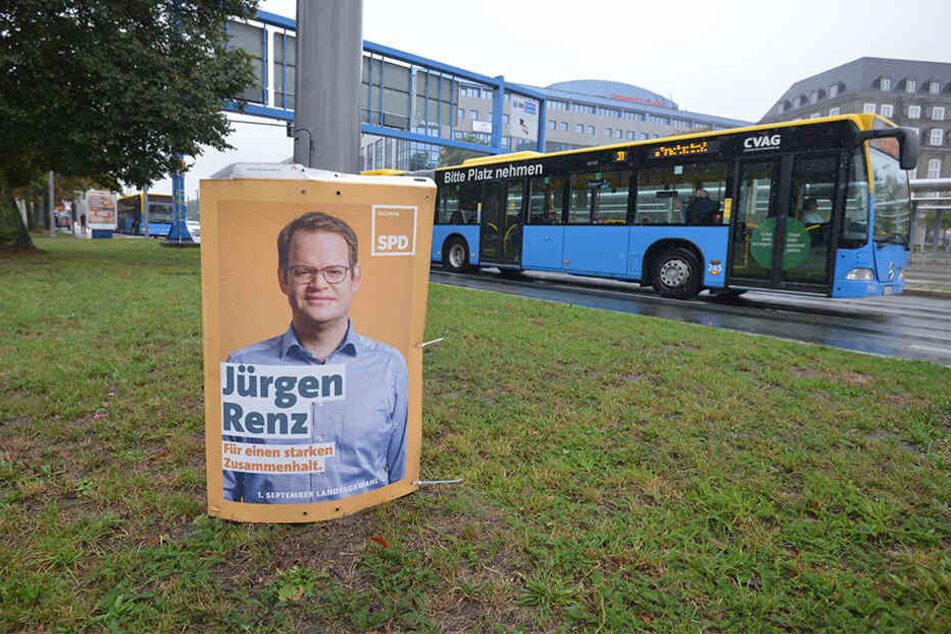 In der Bahnhofstraße wartet ein SPD-Plakat auf die Entsorgung.